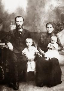 Евфимий Сергеевич с матушкой и дочерями
