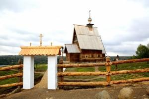 Современный вид Воскресенского деревянного храма на горе Левитана